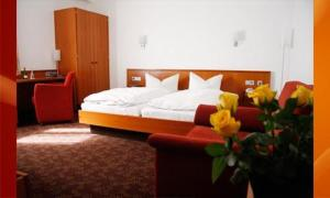 A bed or beds in a room at Hotel Fackelmann