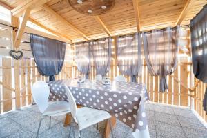 Restavracija oz. druge možnosti za prehrano v nastanitvi Guest House Pr' Čut