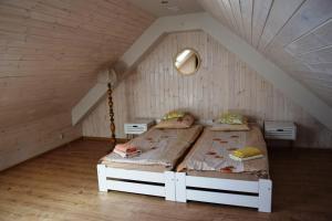 Łóżko lub łóżka w pokoju w obiekcie Domek letniskowy Góra - Mazury