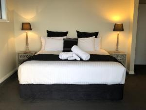 A bed or beds in a room at SEA EAGLE COTTAGE Amazing views of Bay of Fires