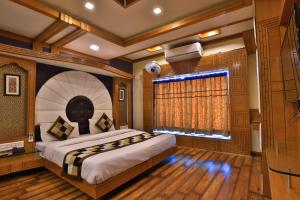 A bed or beds in a room at Hotel Bharat Palace