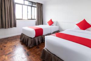 A bed or beds in a room at OYO 175 Hotel Elegant