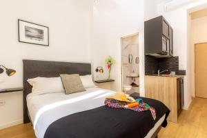 A bed or beds in a room at Breteuil – Appart au Vieux Port