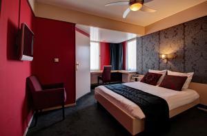 A bed or beds in a room at De Postelse Hoeve