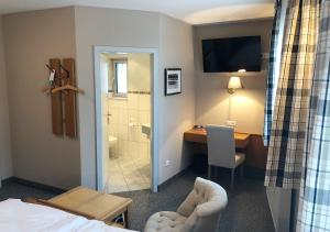 A television and/or entertainment center at Mangolds Boutique Hotel & Fruehstuecksmeisterei