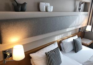 A bed or beds in a room at Mangolds Boutique Hotel & Fruehstuecksmeisterei