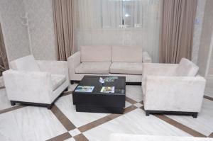 Uma área de estar em Rose Inn Hotel Baku