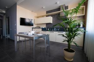 Кухня или мини-кухня в 12th Floor Apartments