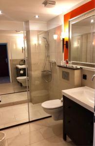 A bathroom at Hotel Ramor Garni