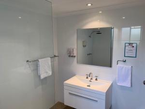 A bathroom at Heritage Motor Inn Goulburn