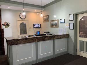 The lobby or reception area at Heritage Motor Inn Goulburn