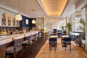 Een restaurant of ander eetgelegenheid bij 100 Queen's Gate Hotel London, Curio Collection by Hilton
