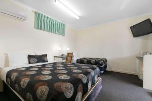 A bed or beds in a room at Econo Lodge Park Lane