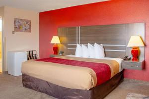 A bed or beds in a room at Econo Lodge Cortez Mesa Verde