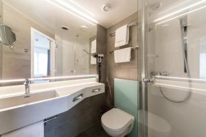 A bathroom at IntercityHotel Magdeburg