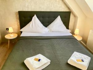 A bed or beds in a room at Hotel Restaurant zum Löwen