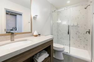 A bathroom at Glacier View Lodge