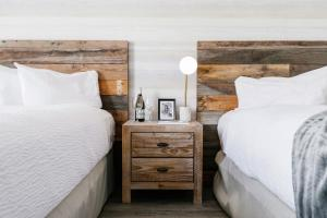 A bed or beds in a room at Glacier View Lodge
