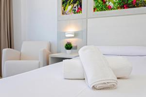 سرير أو أسرّة في غرفة في Hostal Molins Park