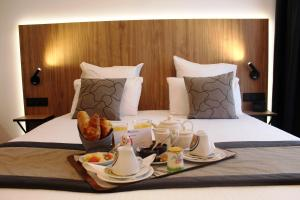 A bed or beds in a room at Best Western Hotel International