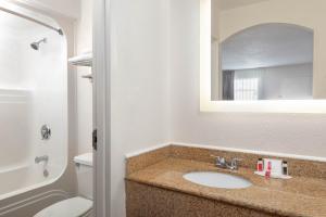 A bathroom at Howard Johnson by Wyndham Rock Hill