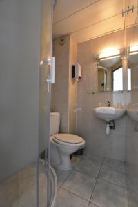 A bathroom at Face West Le Pontet
