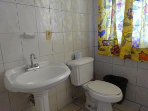 Un baño de Cozy Apartment in Down Town
