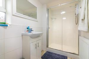 A bathroom at PLATFORM Fishing Quarter Apartment 1