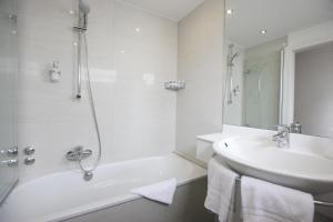 A bathroom at Hotel Kirchspiels Gasthaus