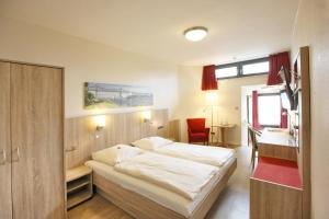 A bed or beds in a room at Hotel Kirchspiels Gasthaus