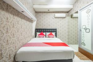A bed or beds in a room at OYO 900 Villa Buleud