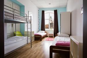 Łóżko lub łóżka piętrowe w pokoju w obiekcie Hostel Królewska