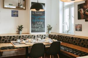 A restaurant or other place to eat at Restaurant Gästehaus Feldkirchen
