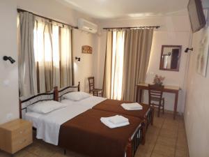 Un pat sau paturi într-o cameră la Tina Hotel