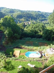 Vue sur la piscine de l'établissement Domaine de la Jordanne - B&B ou sur une piscine à proximité
