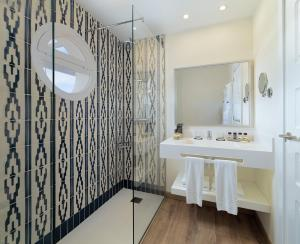 A bathroom at H10 Ocean Dunas - Adults Only