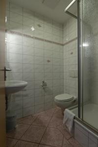 A bathroom at Haus Schlematal Hotel und Restaurant