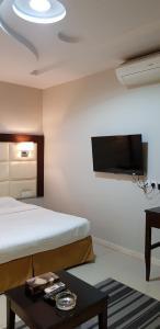 Cama ou camas em um quarto em Nozul Al Tout Furnished Apartments