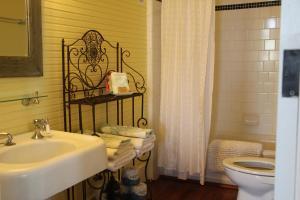 A bathroom at Beachview Inn and Spa