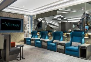 The lobby or reception area at Hotel Versey Days Inn by Wyndham Chicago