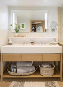 A bathroom at Malibu Beach Inn