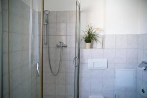 Ein Badezimmer in der Unterkunft Apartments am Schlosspark