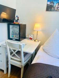 A television and/or entertainment center at Pension Karina Schwerin