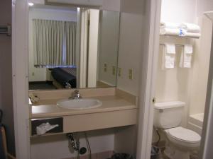 A bathroom at Mecca Motel