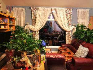 A seating area at Mabuhay Lakeside Manor
