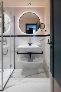 A bathroom at Hôtel Parisianer