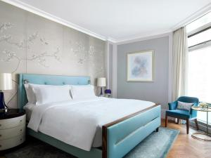 A bed or beds in a room at The Langham Hong Kong