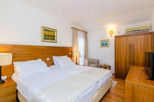 A bed or beds in a room at Pansion Srebreno