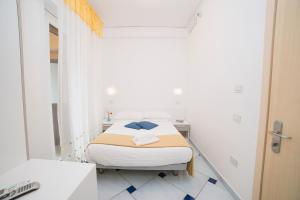 A bed or beds in a room at Hotel De Rosa