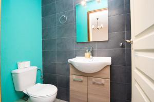 A bathroom at Stone Palace Hotel